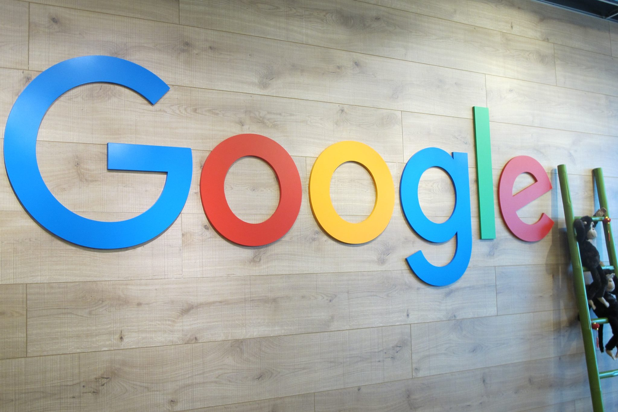 Logo Google di Reception Desk