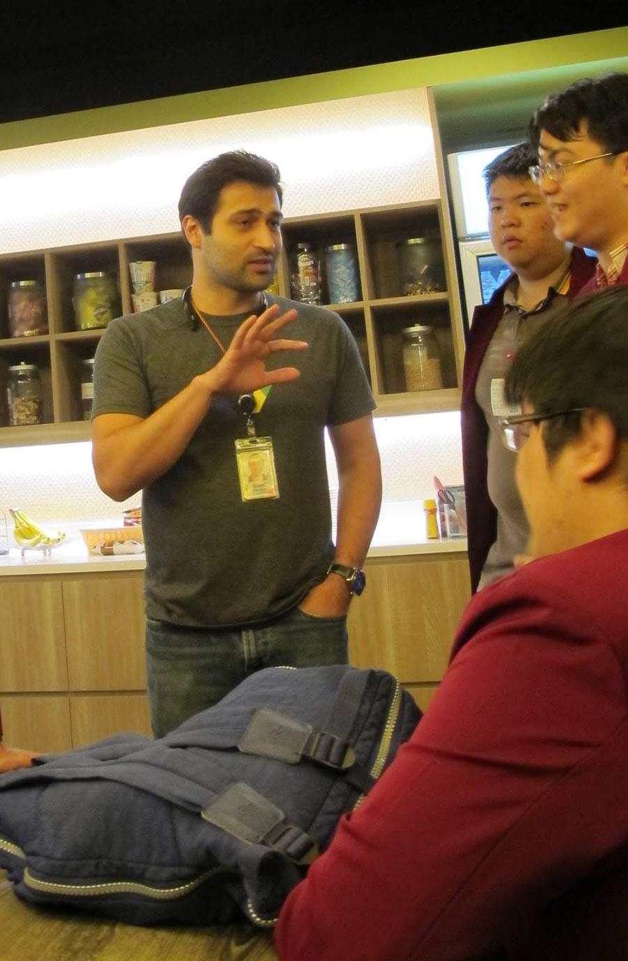 Sami Kizilbash memberikan jawaban atas berbagai pertanyaan mahasiswa Teknik Informatika Program IMT Universitas Ciputra