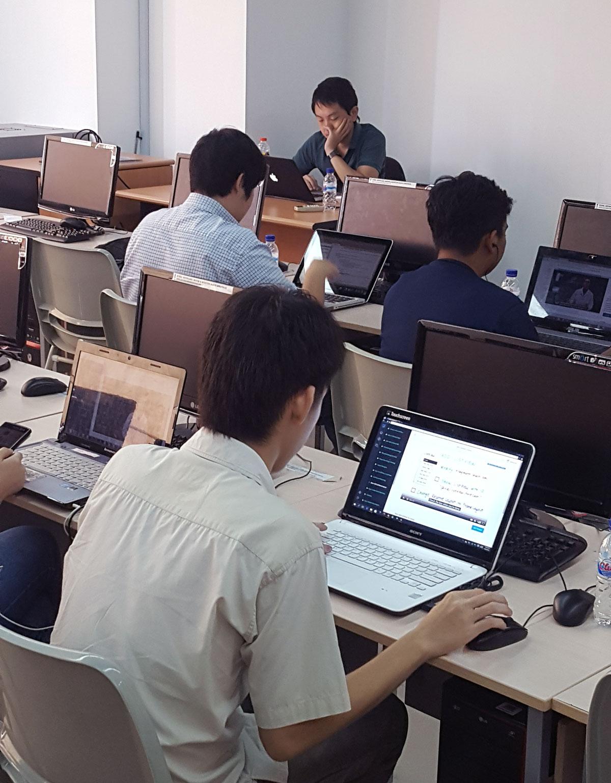 William Kurniawan bersama peserta mengerjakan Case Study di kelas Belajar Android gratis