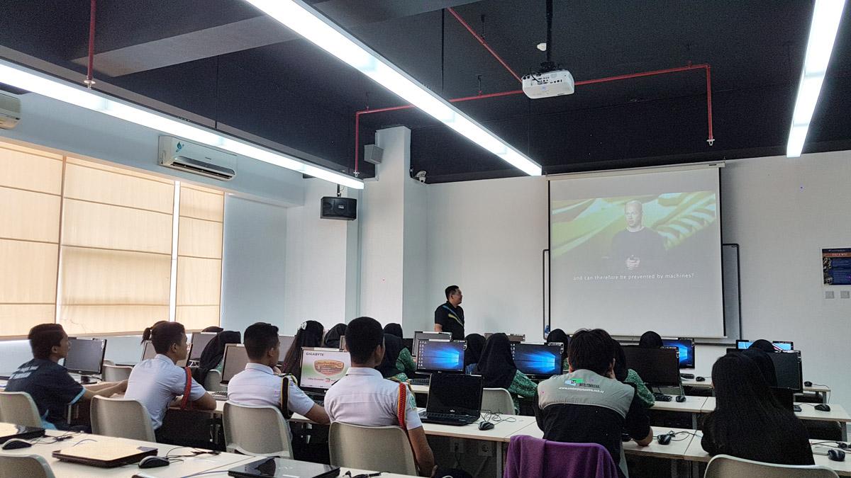 David Boy Tonara dalam Training Bisnis Online Sesi 2, Kerjasama Diskominfo dengan Teknik Informatika (IMT & MIS) Universitas Ciputra