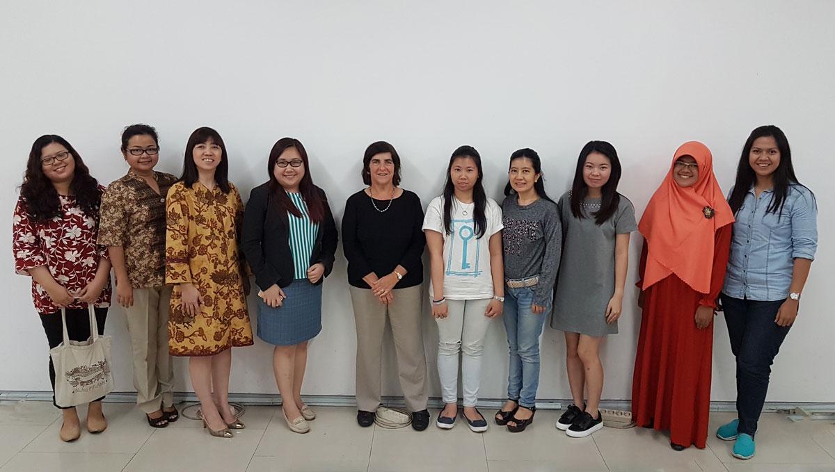 Sebagian peserta Women In Technology discussion berfoto bersama Prof. Widom seusai acara.