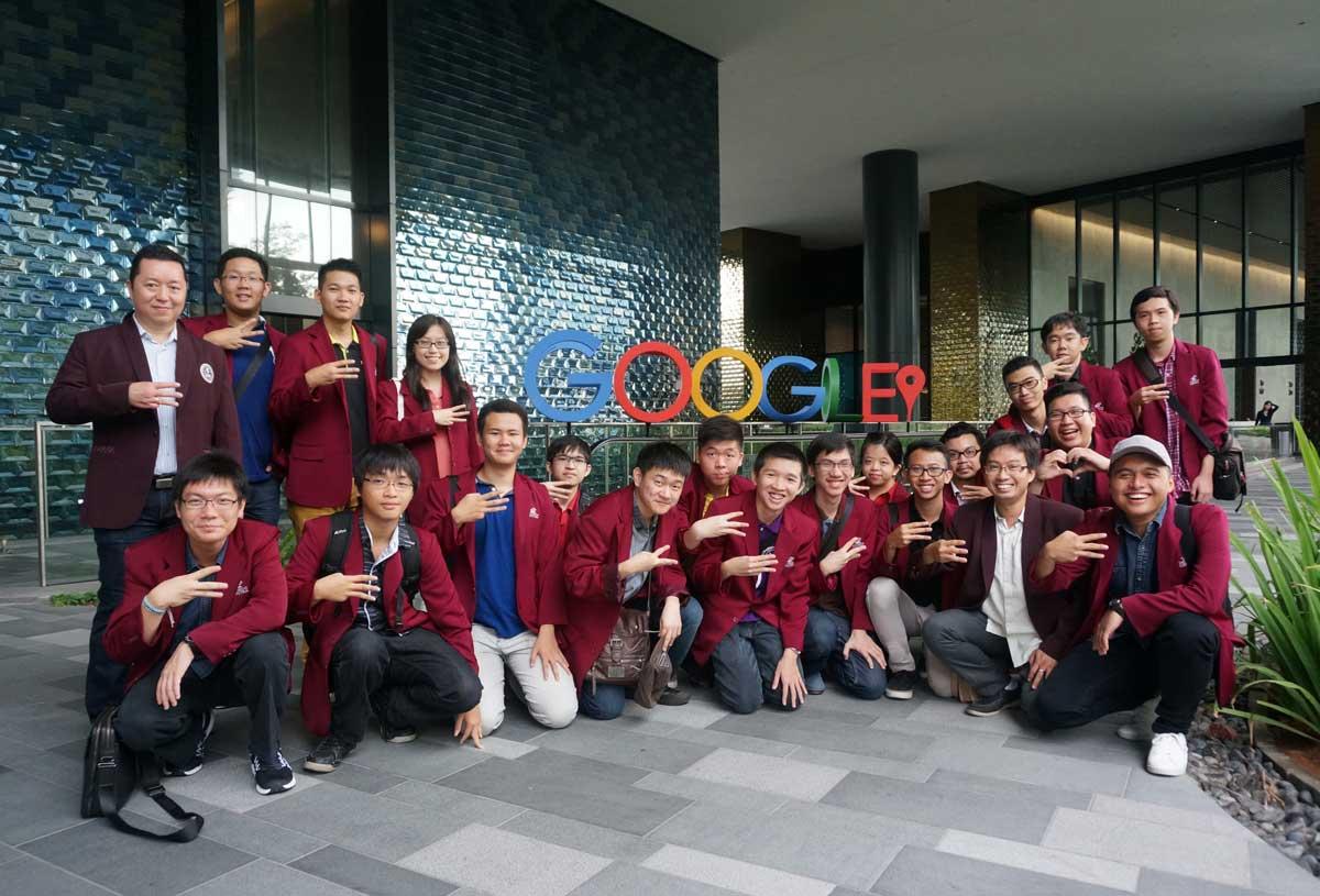 Teknik Informatika UC Surabaya berfoto bersama di depan Kantor Google Asia Pacific Singapore