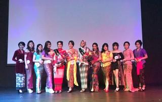 Pemenang beserta finalis Ning UC 2017 berfoto di panggung