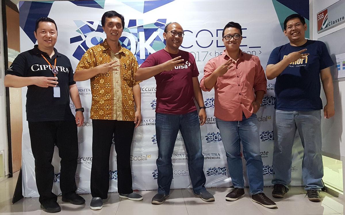 90K Code Judges berfoto bersama dengan Ketua Panitia dan Ketua Program Studi Informatika (IMT) Universitas Ciputra