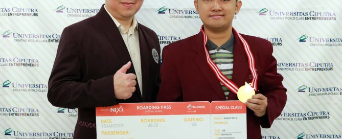Cosmas Sakristiandio The Best IndonesiaNEXT 2017, berfoto bersama Stephanus Eko Wahyudi - Kaprodi Teknik Informatika Universitas Ciputra