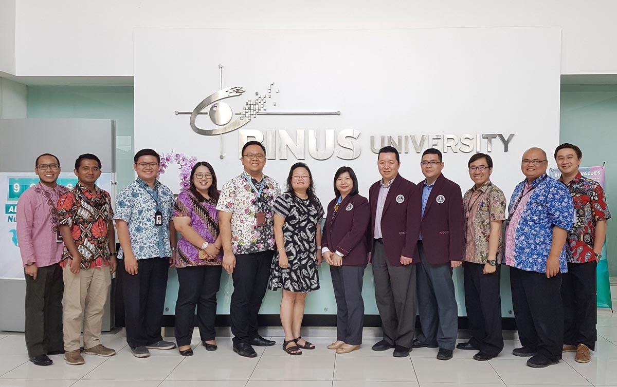 Berfoto Bersama di Binus University (Universitas Bina Nusantara)