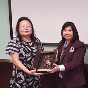 Kenang-kenangan dari Universitas Ciputra disampaikan Dr Astrid kepada Dr Meyliana