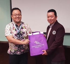 Kenang-kenangan dari Binus University disampaikan Pak Fredy Jingga kepada Steohanus Eko Wahyudi