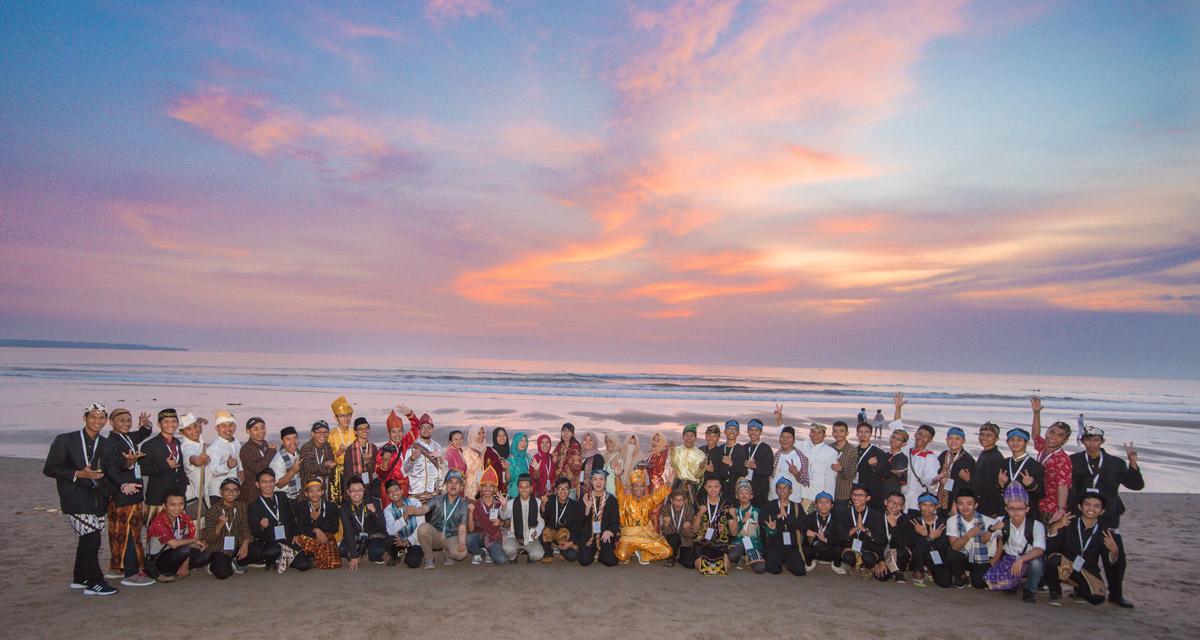 Berfoto bersama di pantai dengan menggunakan baju daerah di Google DSC Indonesia Summit 2018