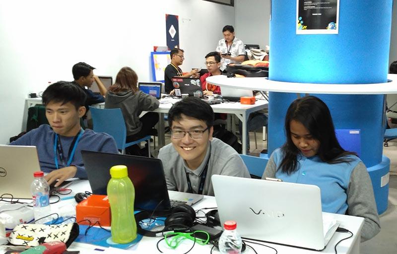 Axel (tengah) - salah satu mahasiswa Informatika UC yang berpartisipasi dalam Imago Hack7