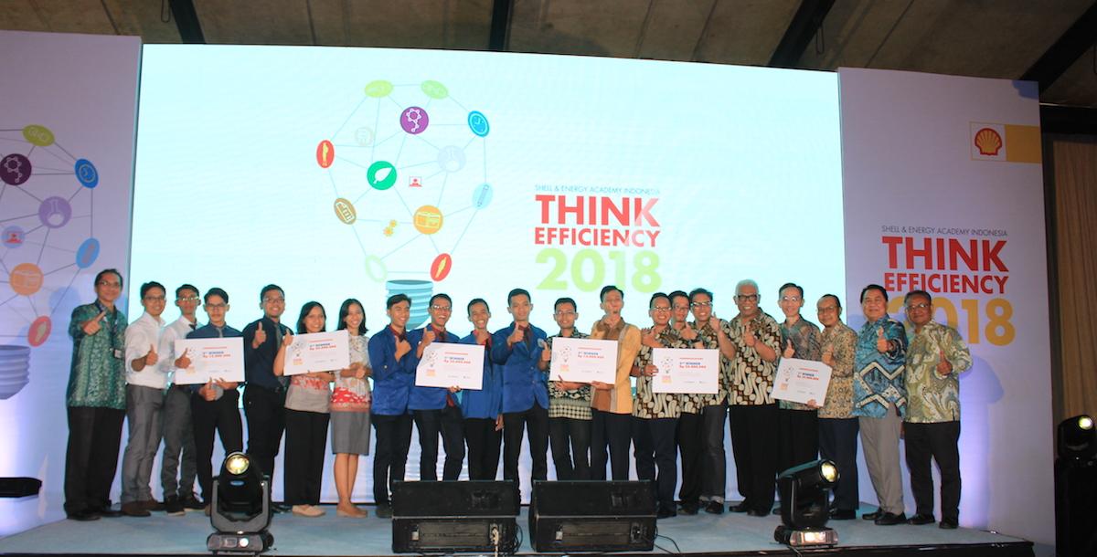 Para pemenang dan finalis berfoto bersama dalam penghargaan Think Efficiency 2018