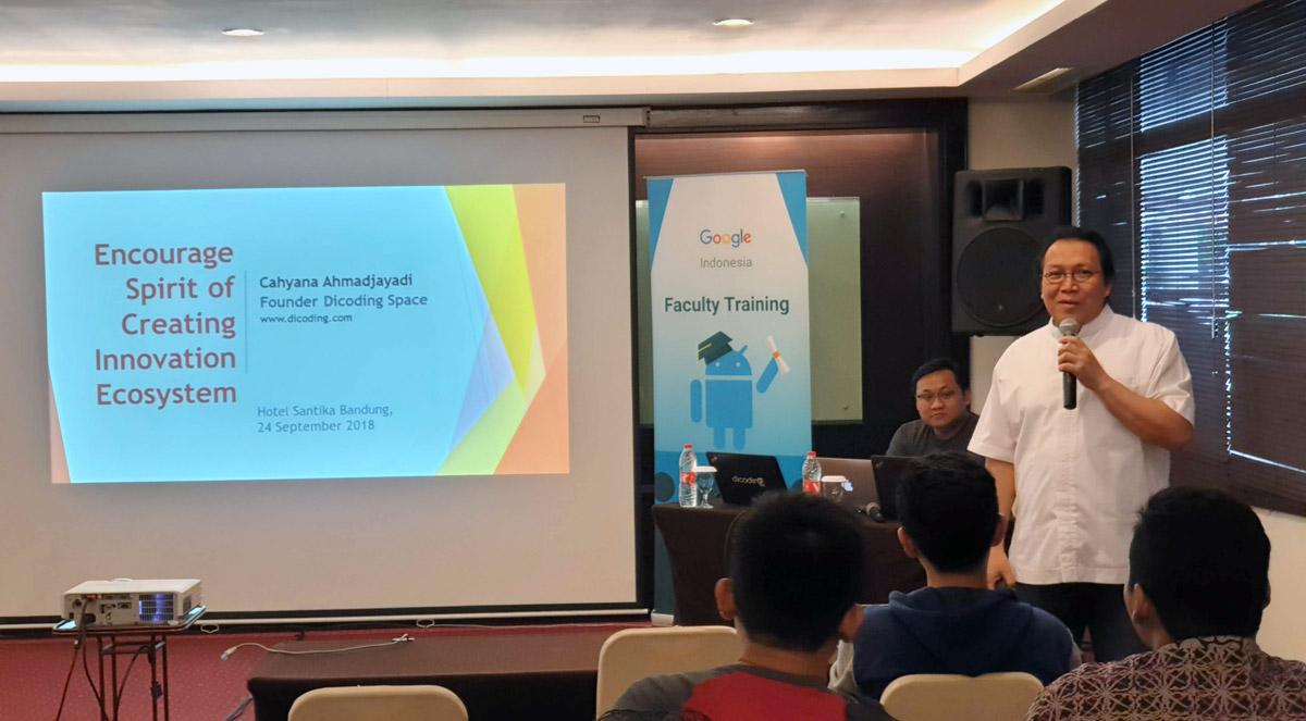 Dr. Ir. Cahyana Ahmadjayadi dalam sesi pembukaan Beasiswa Google Faculty Training Batch 3 di Bandung