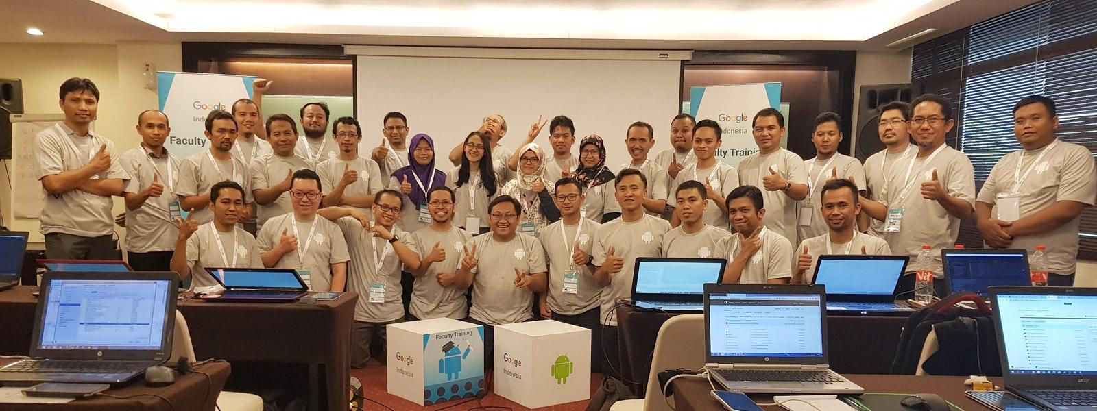 Para peserta Beasiswa Google Faculty Training Batch 3 menyempatkan diri melaksanakan Group Photo di tengah kesibukan hari ke-2