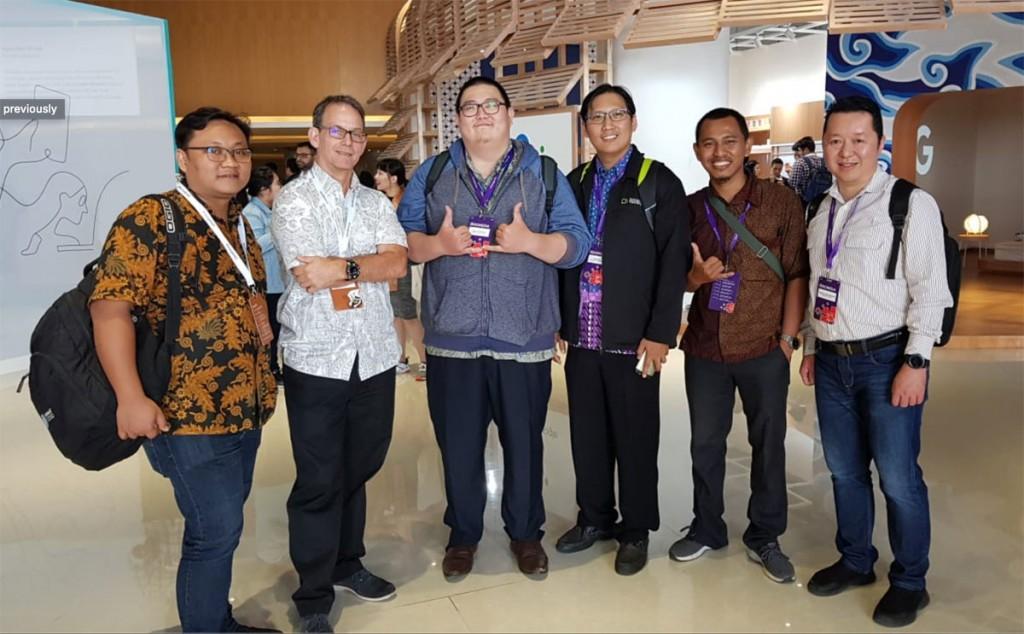 Berfoto bersama William Florance, Aulia Faqih, dan beberapa dosen dari beberapa perguruan tinggi lain di ajang Google for Indonesia 2018