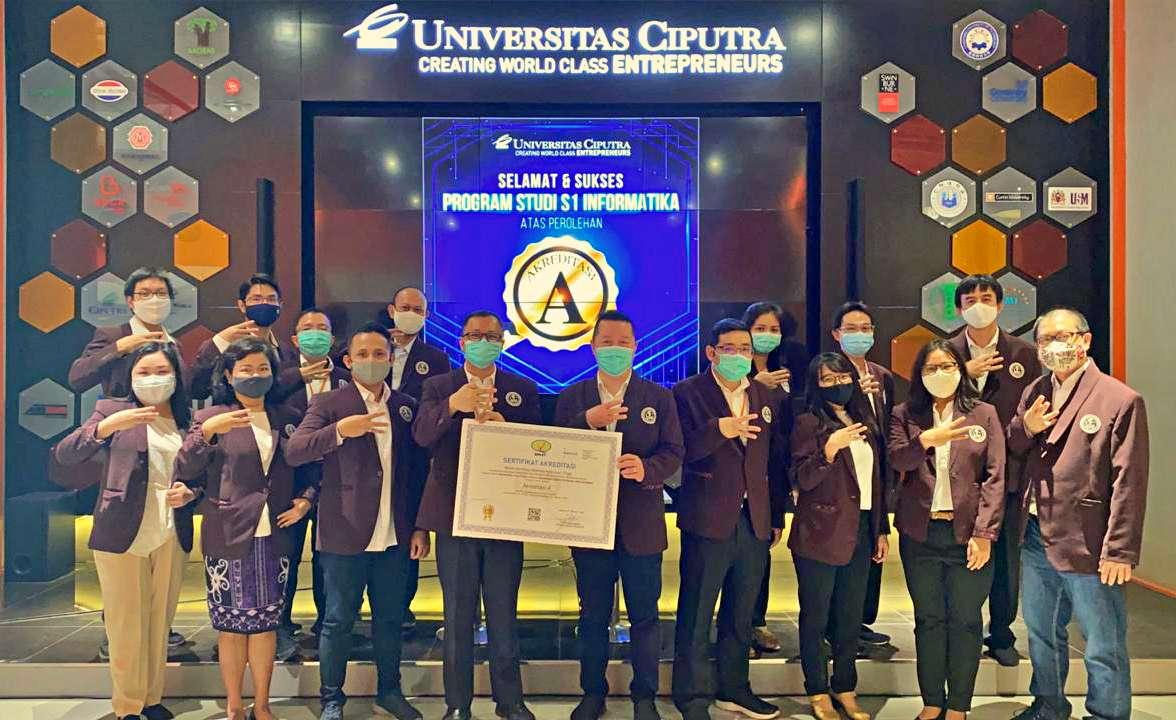 Fakultas Teknologi Informasi Berfoto Bersama di Acara Syukuran Akreditasi A Program Studi Informatika